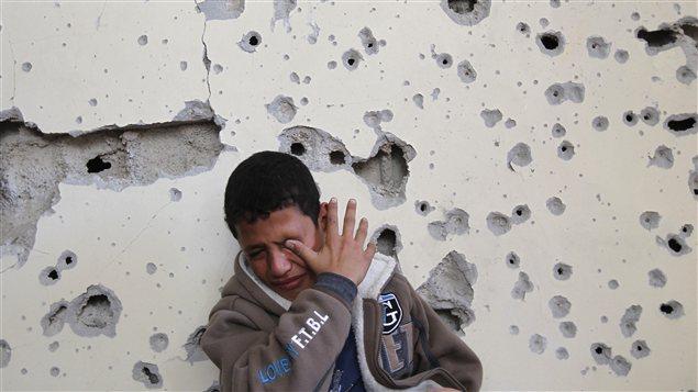 Un jeune Palestinien de 11 ans pleure la destruction de sa maison.