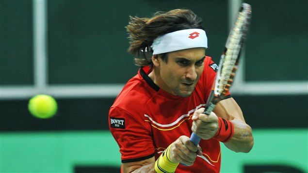 L'Espagnol David Ferrer retourne la balle au Tchèque Radek Stepanek dans un match de la finale de la Coupe Davis à Prague, en République tchèque.