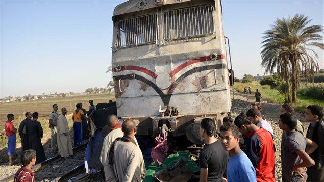 Des Égyptiens sur les liens de l'accident