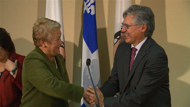 Pauline Marois et Matthew Coon Come, se serrant la main