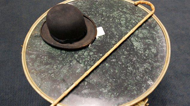 Le chapeau et la canne de Charlie Chaplin ont été vendus aux enchères