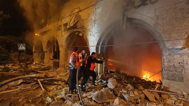 Les pompiers palestiniens tentent de maîtriser un incendie qui a pris naissance après un raid israélien dans la ville de Gaza le 20 novembre 2012.