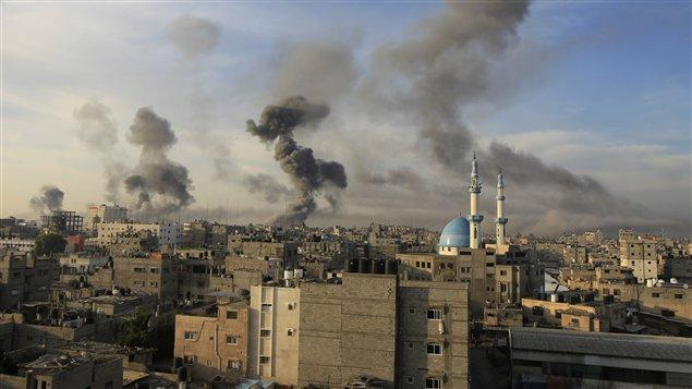 De la fumée émane de Rafah, entre la bande de Gaza et l'Égypte, après les bombardements de l'armée israélienne le 21 novembre 2012.