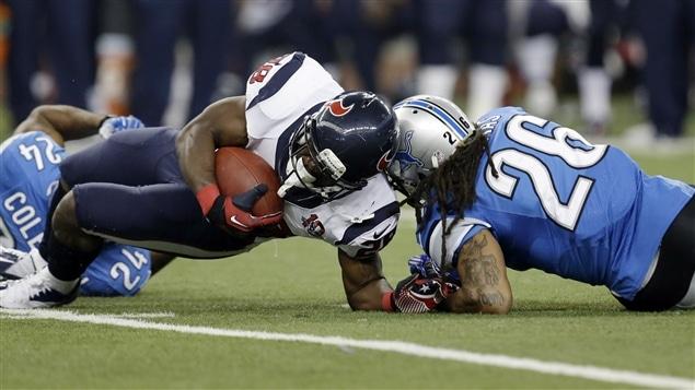 Le demi des Texans de Houston Justin Forsett pose le coude au sol.