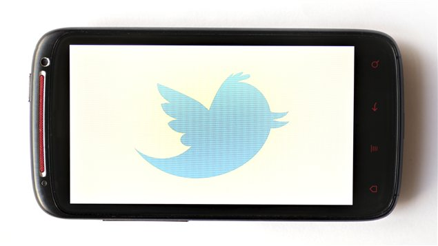 Logo de Twitter dans un écran de téléphone.