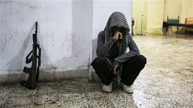 Un rebelle syrien dans la ville de Maraat Al-Numan dans le sud de la province d'Idlib