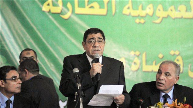 L'ancien procureur général Andel-Meguid Mahmoud prend la parole lors d'une conférence de presse, le 24 novembre, pour s'opposer à l'élargissement des pouvoirs du président.