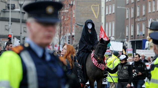 Des Irlandais manifestent contre le budget d'austérité, sous l'oeil des policiers