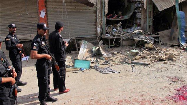 Des policiers inspectent les lieux d'une explosion qui visait la communauté chiite, au nord-ouest du Pakistan