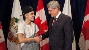 Justin Bieber reçoit la Médaille du jubilé de diamant de Stephen Harper