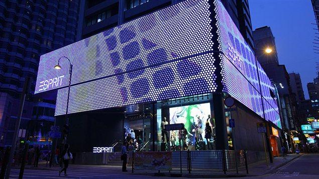 La devanture de la boutique Esprit de Hong Kong est tapissée d'écrans vidéo