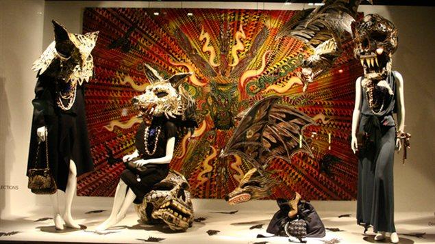 La vitrine de Dennis McNett pour Barneys à New York, dans laquelle ont peut voir un crâne et des têtes d'animaux.