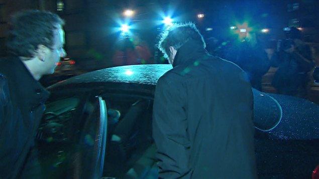 Pierre Duhaime à sa sortie du quartier général de la SQ, à Montréal, mercredi soir
