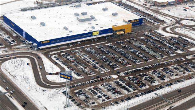 Vue aérienne du parc de stationnement du magasin Ikea de Winnipeg, le jour de son ouverture, le 28 novembre 2012.