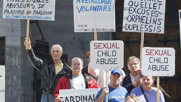 Des orphelins de Duplessis lors d'une manifestation