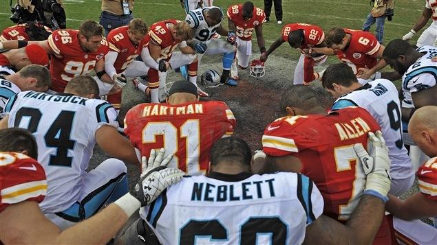 Les joueurs des Chiefs de Kansas City et des Panthers de la Caroline se recueillent en mémoire de Jovan Belcher.