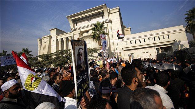 Des centaines de partisans de Mohamed Morsi manifestent devant la Cour suprême égyptienne.