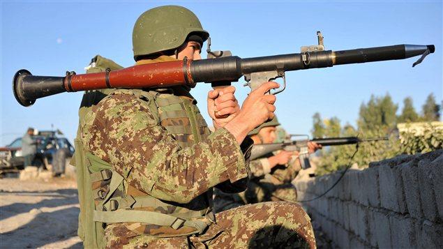 Un soldat afghan près de l'aéroport de Jalalabad, en Afghanistan