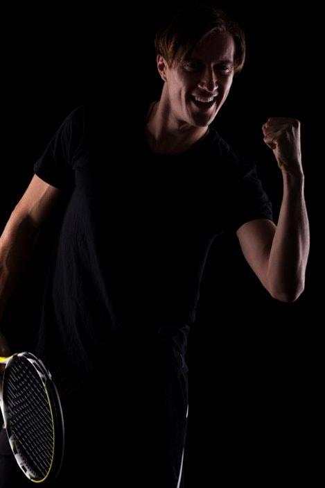 Un homme joue au tennis