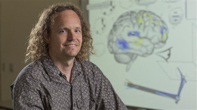 Le Pr Chris Eliasmith affirme que la programmation de Spaun lui permet de réussir certains critères de base d'un test de QI