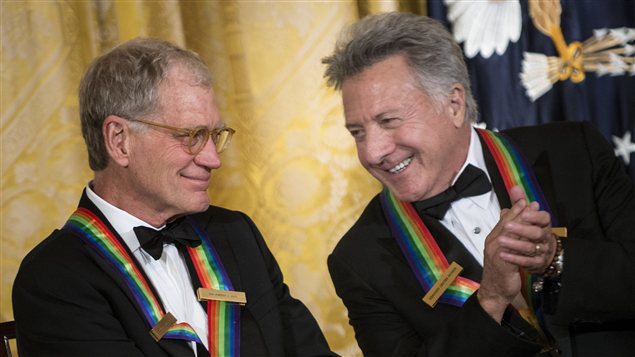 L'acteur Dustin Hoffman (à gauche) discute avec l'animateur David Letterman (à droite) lors de la soirée de remise des prix du centre Kennedy.