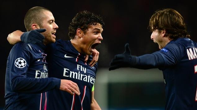 Le défenseur brésilien Thiago Silva (au centre) célèbre un but en compagnie de Jeremy Menez (à gauche) et Maxwell (à droite).