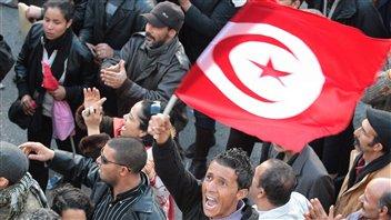 Des membres de l'UGTT manifestent à Tunis.