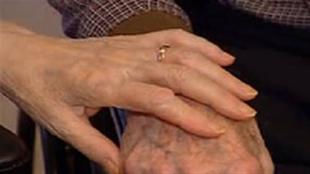 Mains de deux aînés