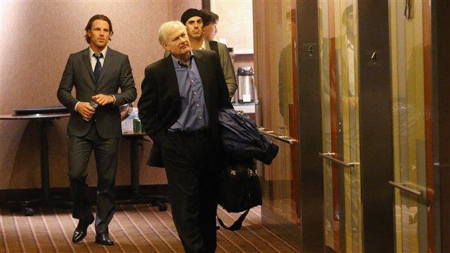 Brad Richards, le directeur de l'AJLNH Donald Fehr et Ryan Miller quittent la salle de réunion à New York.