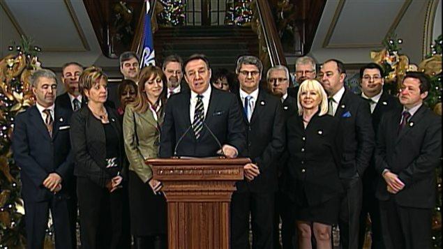 Le chef de la CAQ, François Legault, entouré de ses députés.