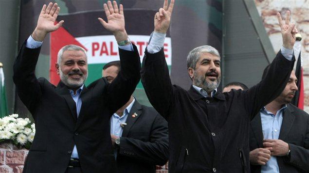 Ismail Haniya, premier ministre palestinien (à gauche) et Khaled Meshaal, chef du mouvement Hamas (droite)