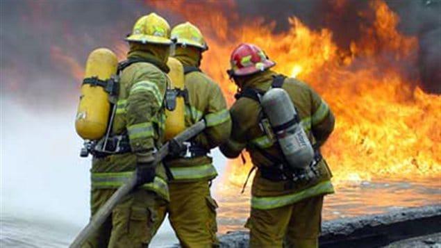 Des pompiers éteignent un incendie