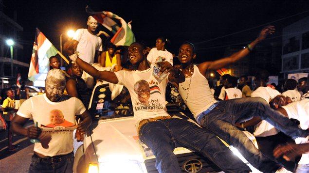 Des partisans du président élu au Ghana célèbrent sa victoire à Accra.