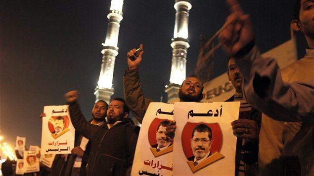 Des partisans de Mohamed Morsi manifestent le 9 décembre pour appuyer le président.