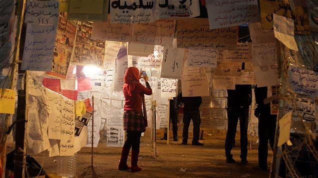 Une Égyptienne visite les installations de pancartes anti-Morsi à la Place Tahrir, le 8 décembre.