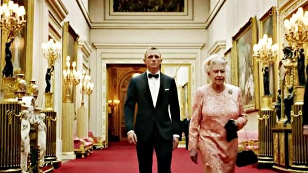 Sa Majesté Elizaberth II et James Bond