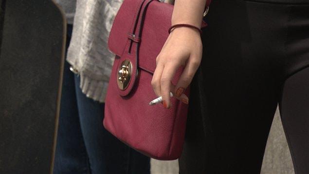 Une fumeuse