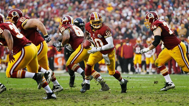 Le quart Robert Griffin III (no 10) des Redskins en deuxième demie du match remporté 31-28 en prolongation par Washington contre Baltimore.