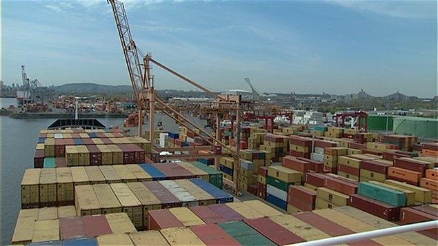 Des conteneurs dans le port de Montréal.