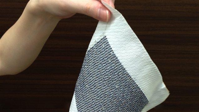 Ce tissu photovoltaïque créé par des chercheurs japonais pourrait un jour permettre de recharger des appareils électroniques.