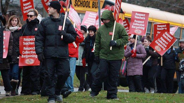 Des enseignants ont fait la grève, lundi, à Stratford.