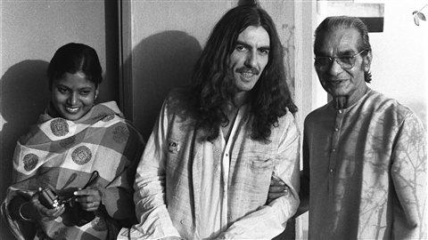 Le guitariste des Beatles George Harrison (au centre) et le maître indien du sitar Ravi Shankar (à droite) en 1972.