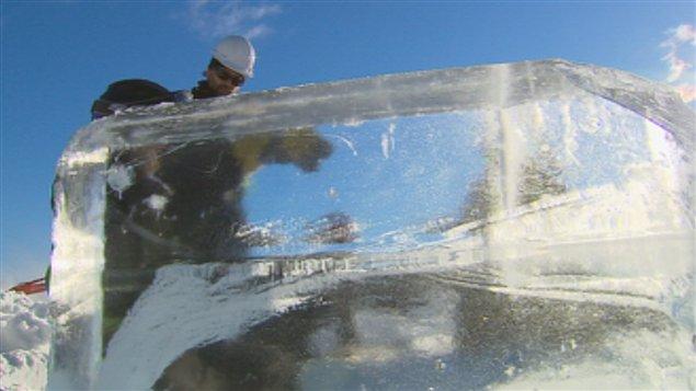 La construction de l'hôtel de glace de Québec