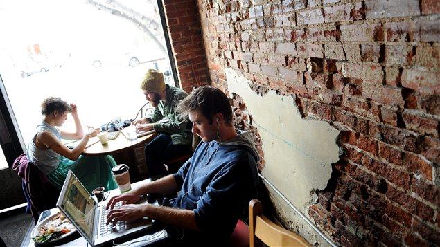 Achat en ligne dans un café
