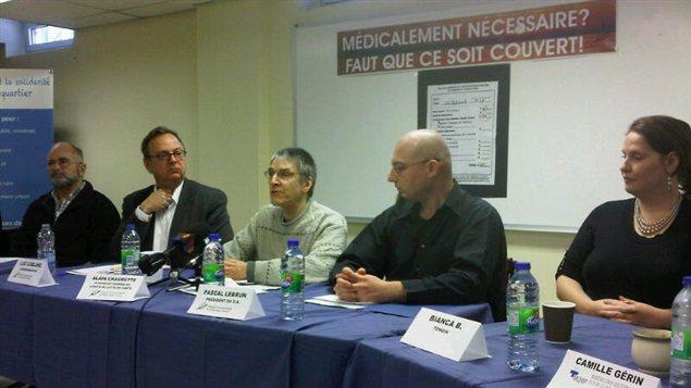 Des citoyens de Pointe Saint-Charles qui dénoncent la facturation de frais abusifs ou illégaux dans les cliniques médicales.