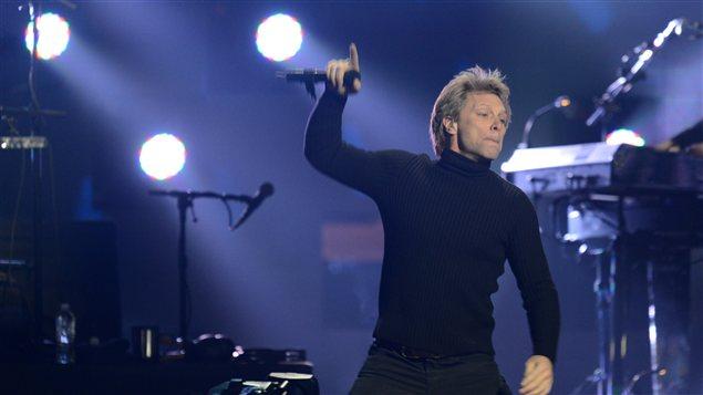 Jon Bon Jovi offre une performance au Madison Square Garden au profit des victimes de la tempête Sandy.