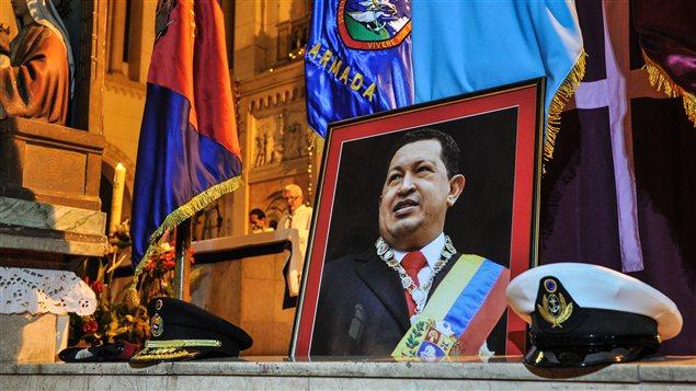 Un photo du président Hugo Chavez exposée lors d'une messe tenue en son honneur, à Cuba
