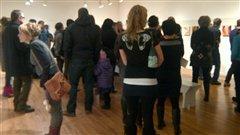 Les acheteurs étaient nombreux à regarder les toiles.