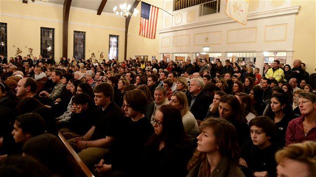 Rassemblement à l'église catholique St. Rose of Lima à Newtown, au Connecticut, le 14 décembre 2012, suite à la fusillade.