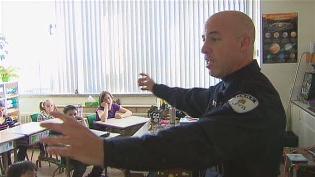 Le porte-parole du Service de police de la Ville de Lévis lors d'une formation dans une école primaire de Lévis (archives).